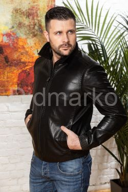 Мужская кожаная куртка на резинке черного цвета