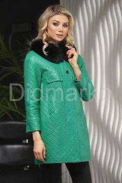 Кожаная куртка в стиле Шанель зеленого  цвета с воротником из меха песца