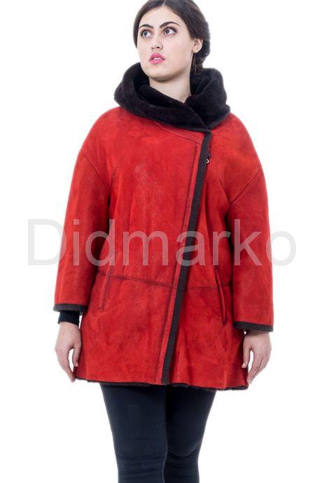 Женская дубленка красного цвета с капюшоном. Фото 3.