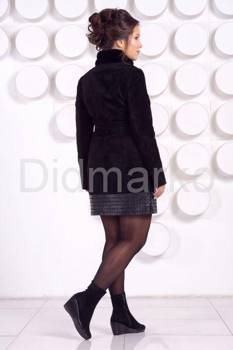 Оригинальное замшевое пальто с воротником из меха норки. Фото 3.