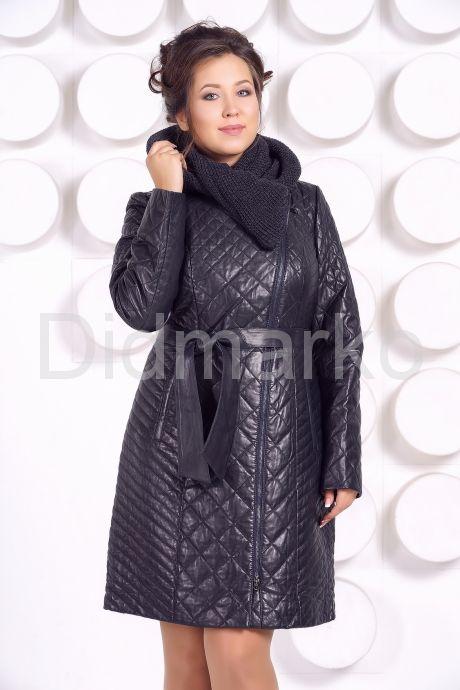 Стеганное пальто с капюшоном глубоко-синего цвета. Фото 4.