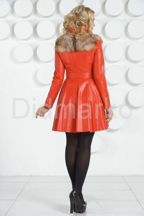 Красный кожаный плащ с отделкой огненной лисы. Фото 4.