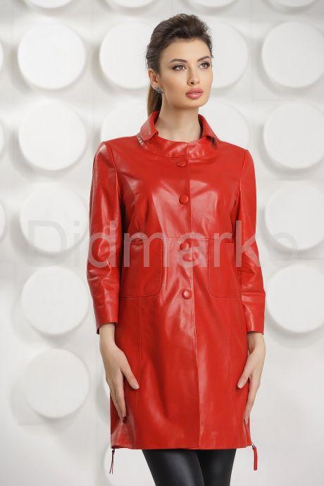 Красный кожаный плащ на пуговицах. Фото 3.