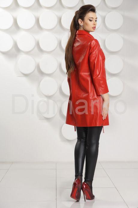 Красный кожаный плащ на пуговицах. Фото 4.