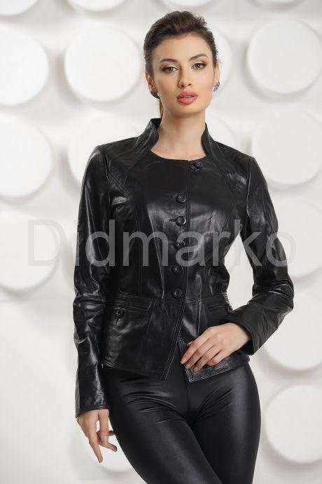 Силуэтная кожаная куртка на пуговицах. Фото 3.