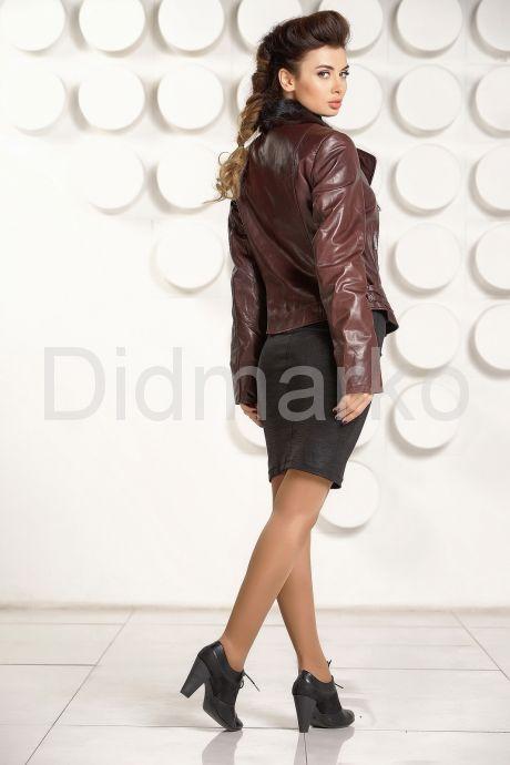 Укороченная приталенная кожаная куртка шоколадного цвета. Фото 4.