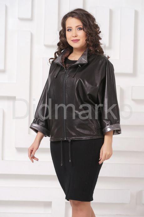 Короткая кожаная женская куртка с серебристым воротом