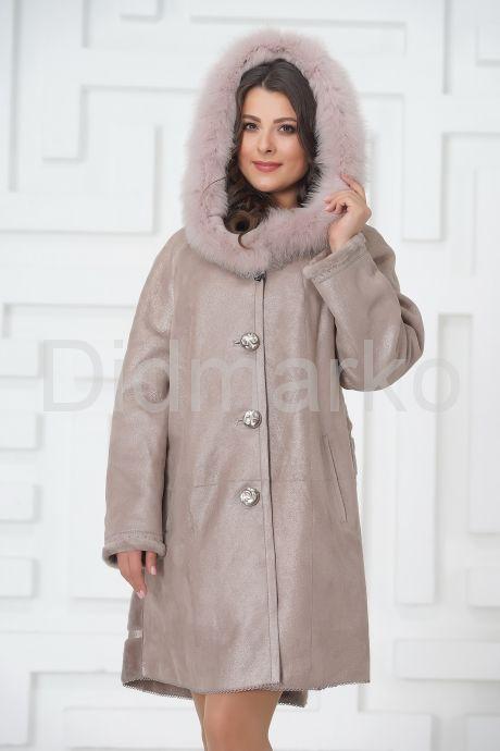 Жемчужное трапециевидное пальто из овчины. Фото 2.