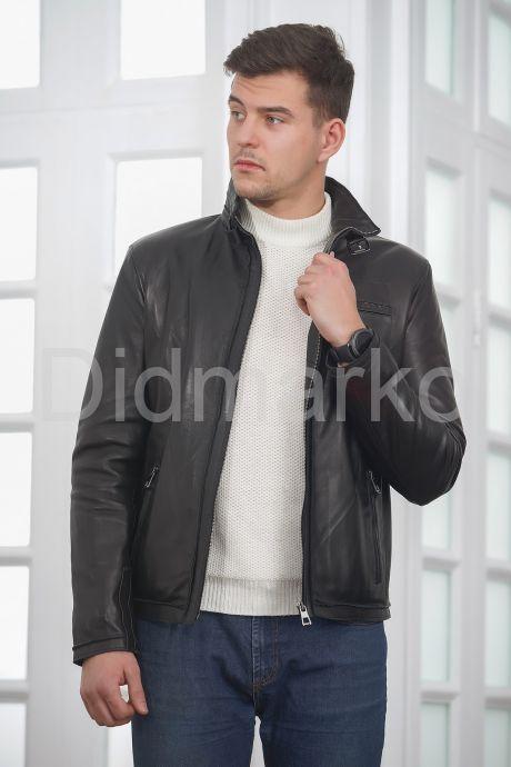 Короткая мужская кожаная куртка черного цвета. Фото 6.