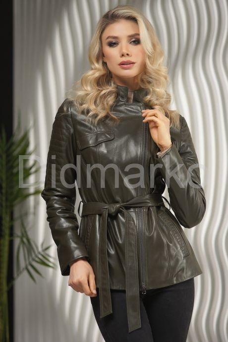 Женская куртка из натуральной кожи оливкового цвета весна 2021. Фото 1.