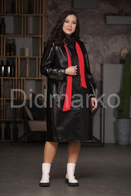 Кожаное пальто со съемным ярким шарфом