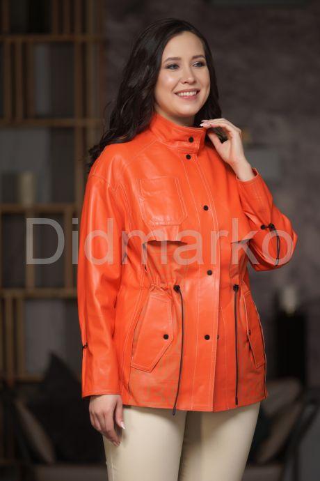 Яркая кожаная куртка на кулиске. Фото 1.