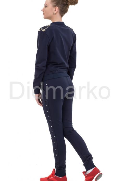 Модный спортивный костюм со стразами