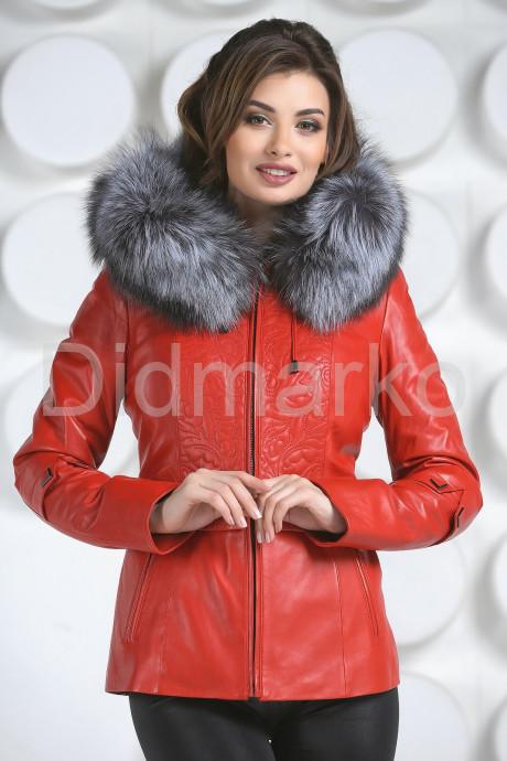 Необычная куртка красного цвета с мехом чернобурки