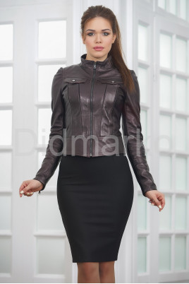 Молодежная короткая кожаная куртка бордового цвета