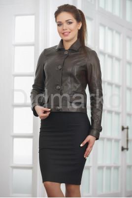 Короткая кожаная куртка на пуговицах