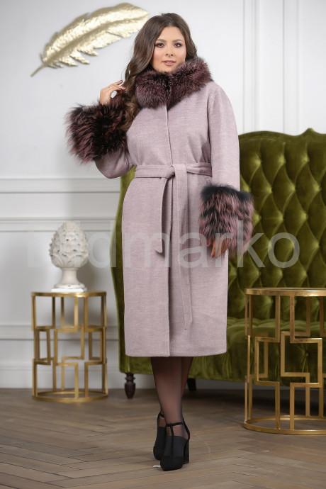 Женское пальто с меховыми манжетами