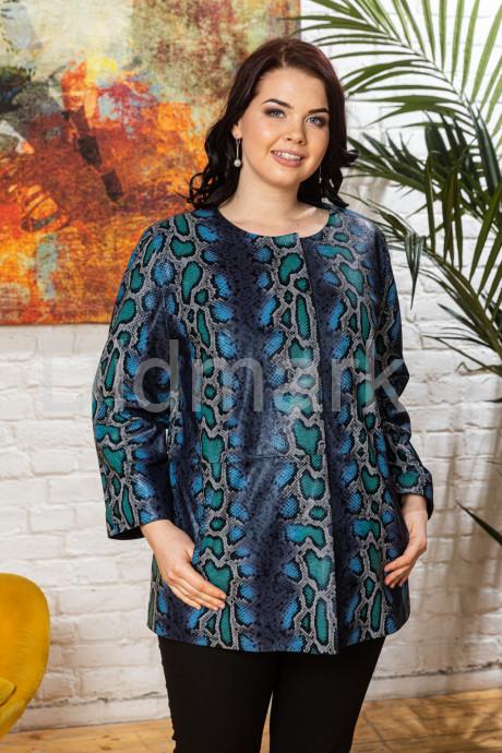 Яркая кожаная женская куртка больших размеров