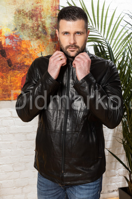 Мужской полуприталенный кожаный пиджак на молнии