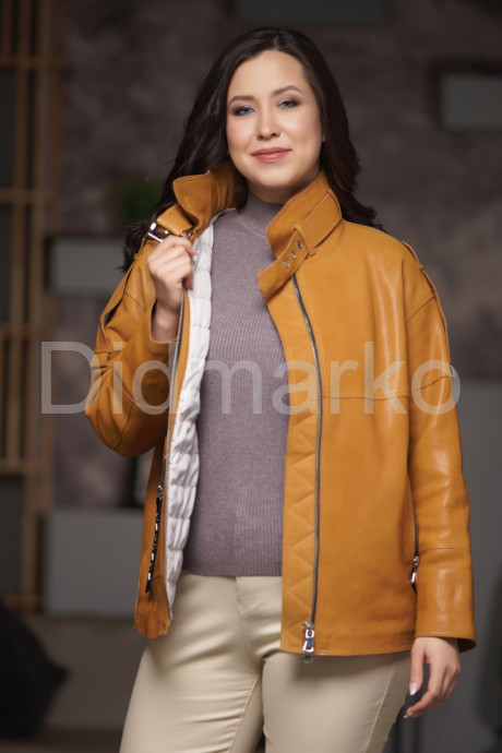 Демисезонная кожаная куртка рыжего цвета