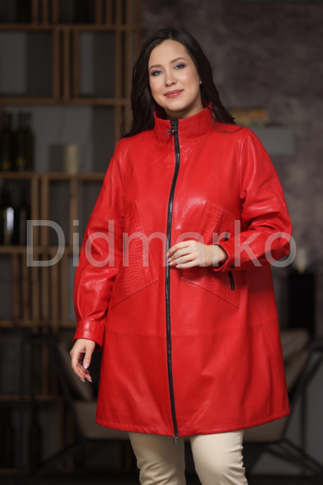 Красный кожаный плащ с элементами под  кроко